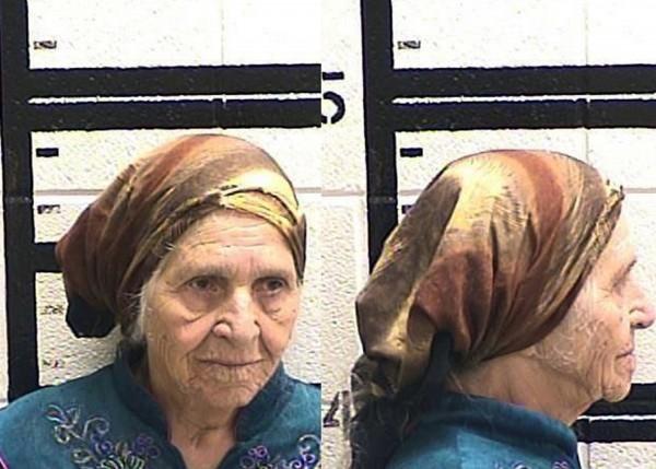 美國喬治亞州87歲老奶奶Martha Al-Bishara,在住家外拿刀割著蒲公英時,遭警方以電擊槍擊倒在地。(美聯社)