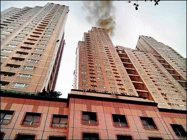 摩天東帝士大樓39樓冒出黑煙。(記者吳昇儒翻攝)