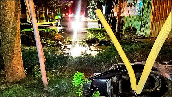 機車騎士被撞飛進社區花圃內。(記者曾健銘翻攝)