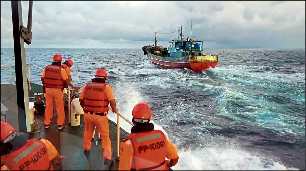 航行中國內陸湖泊的中國湖南籍搬運船(右),昨竟越界至澎湖海域,被澎湖海巡隊查獲。(澎湖海巡隊提供)