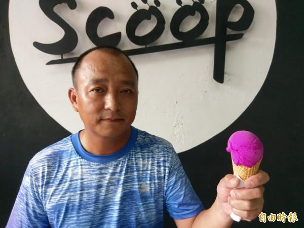 集集鎮義式冰淇淋店「Scoop」老闆溫秉森,希望用風味絕佳的特產水果,讓人品嘗到最好吃的冰淇淋。(記者劉濱銓攝)