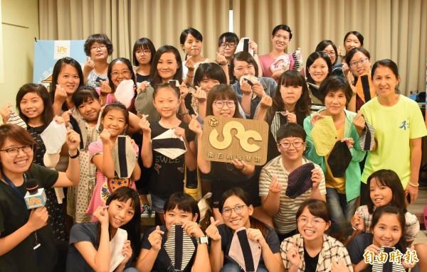 南方創客基地與年輕學子「布柬單手作」活動,使用舊衣及縫紉技術,為柬埔寨的婦女製作「布衛生棉」。(記者王涵平攝)