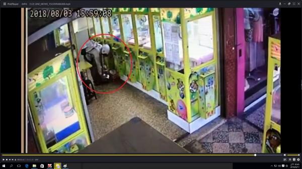監視器拍到許男順手拿走取物口的公仔。(記者方志賢翻攝)