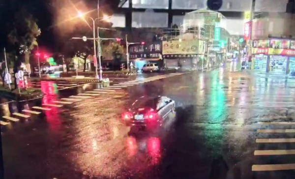 畫面中央這輛汽車準備左轉,隨後就和對向的機車相撞。(記者陳鳳麗翻攝)