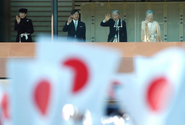 日本將更換「年號」,但新年號可能不再遵循慣例,只參考中國古典作品,計畫將日本古典作品也列入挑選範圍。圖為明仁天皇夫婦和德仁皇太子夫婦。(路透)