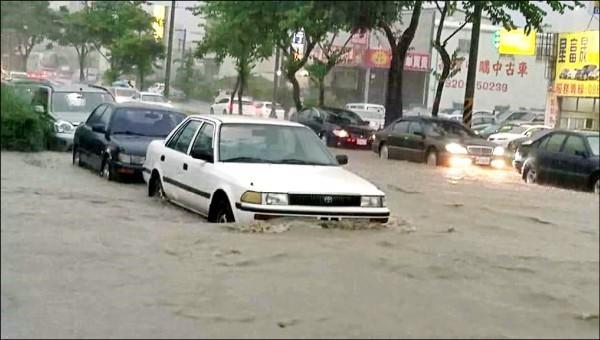 豐原大道19日淹水,汽車驚險涉水。(記者張軒哲翻攝)