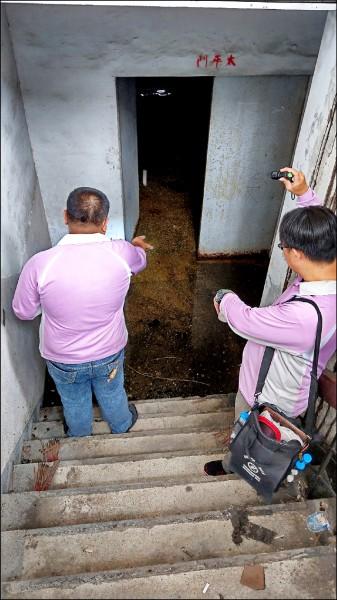 南市衛生局人員在杏林醫院地下室原太平間積水位置投藥防治登革熱病媒蚊。(圖:南市衛生局提供)