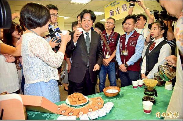 行政院長賴清德昨出席「新南向國家華校校長會議」,參觀台灣高中學校建教僑生專班作品。(記者黃耀徵攝)