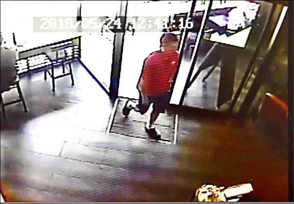 45歲男子王忠祥涉嫌以水管相機在內湖星巴克偷拍,昨被警方拘提到案。圖為監視器拍攝到嫌犯(紅衣者)進出星巴克。(記者羅沛德翻攝)