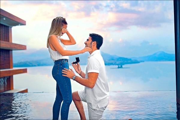 社群網站擁有43萬粉絲的以色列名模佐瑪(Bar Zomer),應觀光局新加坡辦事處邀請來台踩線,攝影師男友竟在日月潭美景前下跪求婚,求婚影片上傳網路後,兩天就吸引逾88萬人次點閱,也讓風光明媚的日月潭迅速在以色列爆紅。(圖:觀光局提供)