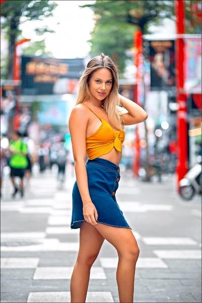擁有43萬名鐵粉的以色列高人氣名模佐瑪赴台踩線,圖為佐瑪在台北西門町逛街的身影。(圖:觀光局提供)
