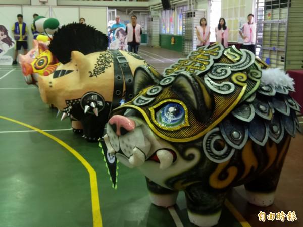 新竹縣彩繪神豬國際友誼賽將針對繪畫技巧30%、主題表現40%、創意表現30%進行評分,優秀作品將放置在義民祭展場,與其他彩繪神豬一同展覽。 (記者廖雪茹攝)