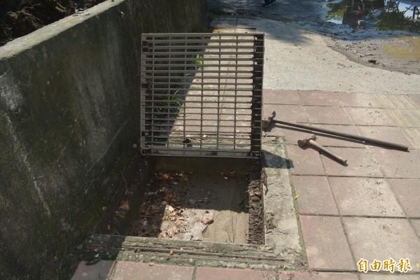 烏日區環河路2段旁「明傳產業園區」堆置的土堆未做好防範措施,泥土隨著雨水流出塞滿排水溝,完全失去排水功能。(記者陳建志攝)