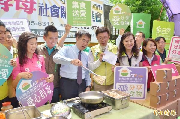 黃偉哲現場下廚,煮麵與社區長輩分享美味。(記者吳俊鋒攝)