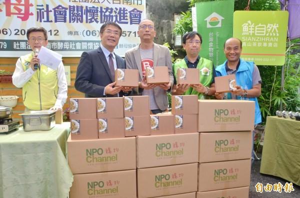 黃偉哲(左2)捐贈關廟麵,響應公益活動,也行銷台南特色。(記者吳俊鋒攝)