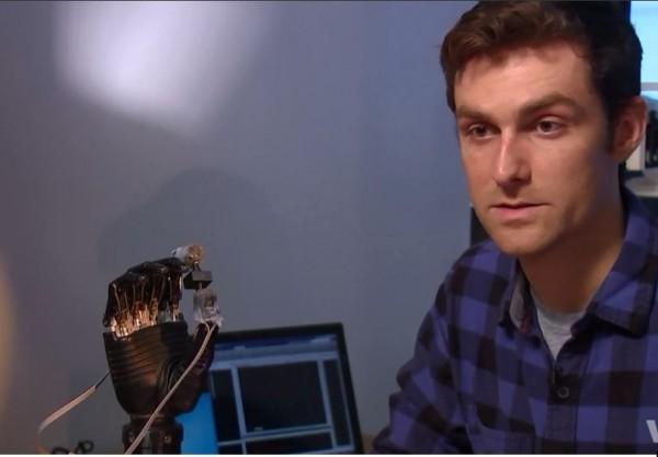研究生Luke Osborn研發出的電子皮膚,讓截肢者能夠重新感受到壓力及痛覺。(圖擷取自youtube)