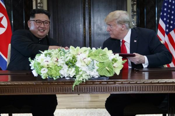 南韓媒體指出,北韓已同意向美國提供有關核彈和核試場的機密核武清單。圖為北韓領導人金正恩與美國總統川普6月在新加坡會談。(美聯社)