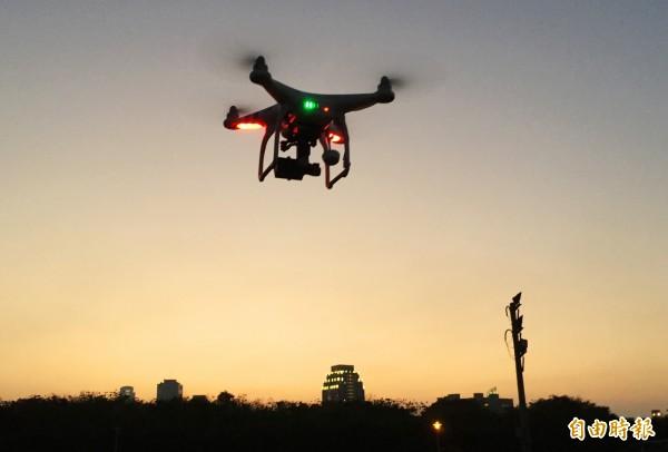民航局已完成「遙控無人機管理規則」草案,明訂年滿16歲才能申請註冊、年滿18歲才能參加測驗,且「不得酒駕」。(資料照)