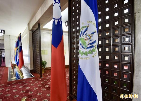 我國與薩爾瓦多斷交,邦交國僅剩17國,圖為外交部大廳薩爾瓦多國旗(右一)。(記者羅沛德攝)