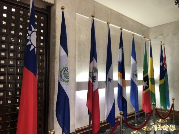 針對我國今宣布與薩爾瓦多斷交,時代力量發出新聞稿表示,強烈譴責中國打壓台灣國際空間,同時呼籲台灣的外交已不該繼續「維持現狀」。圖左二為薩爾瓦多國旗。(記者呂伊萱攝)