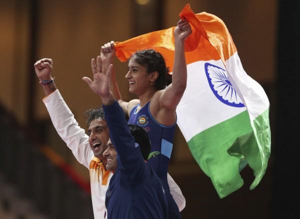 2018雅加達亞運角力女子50公斤級8月20日結束,印度的溫殊得到金牌,她的養父正是印度電影《我和我的冠軍女兒》裡面的嚴父兼教練馬哈維亞。(美聯社)