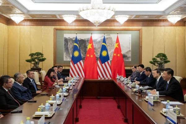 習近平和馬哈迪會晤時,大讚馬哈迪曾提出的「亞洲價值觀」觀點。(路透)