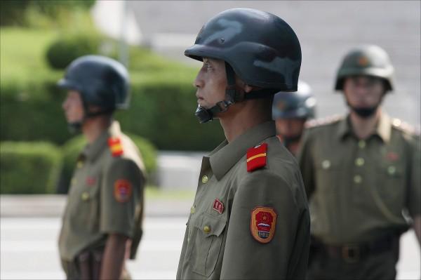 南北韓協議撤除邊境地區的10個哨所,以進一步實現非軍事區(DMZ)和平化的目標。圖為在DMZ站崗的北韓士兵。(歐新社)