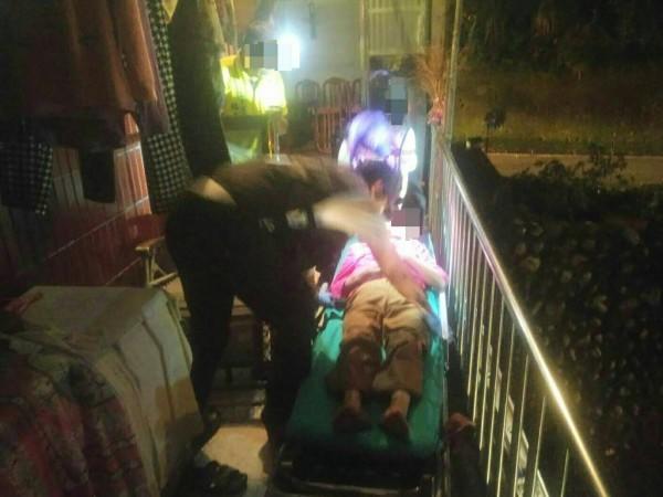 獨居王姓老婦躺2樓陽台涼椅昏迷,警、消爬梯救援。(記者李容萍翻攝)