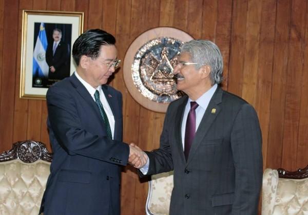 薩國國會議長吉哈諾(右)和外交部長吳釗燮(左)。(圖擷取自Norman Quijano臉書)