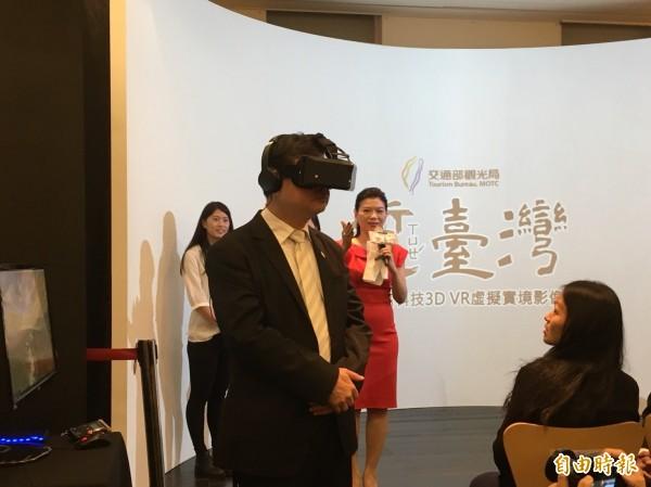 觀光局副局長張錫聰戴上VR頭盔欣賞360度3D影片。(記者蕭玗欣攝)
