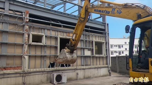新竹縣政府今早在新竹地檢署的強力監督下,強制執行竹北市中正西路一處農地違章鐵皮屋工廠的拆除工作。(記者廖雪茹攝)