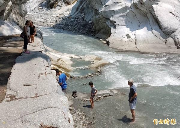 文山溫泉雖不對外開放,但仍有許多遊客慕名而來,偷渡下溪泡湯。(記者王峻祺攝)