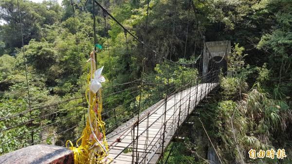 文山溫泉封閉後,未來的「溫泉吊橋」及原有文山綠水步道設施均還會保留,開放區域只到溫泉吊橋的橋頭,內部禁止進入。 (記者王峻祺攝)