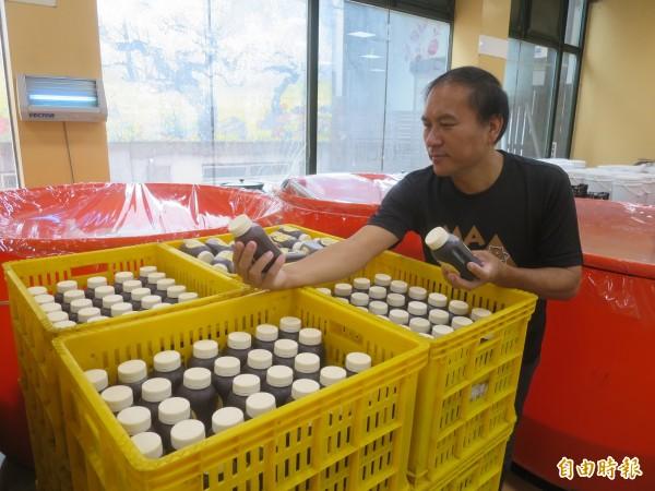 信義鄉農會將於中秋檔期加強烏梅湯銷售,農會梅子夢工廠廠長張志雄巡視廠區,確保出貨順利。(記者劉濱銓攝)