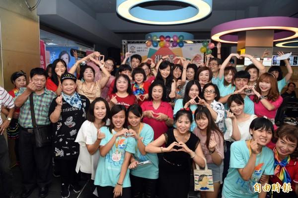 每年8月第4個星期日是「祖父母節」,尤其台灣已經進入高齡化社會,鼓勵祖孫三代同樂,現場一起嗨翻天。(記者張忠義攝)