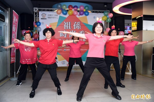 和春樂齡大學志工團帶來歌唱表演,及燭光協會銀髮心學堂長輩們演出活潑動感的海草舞。(記者張忠義攝)