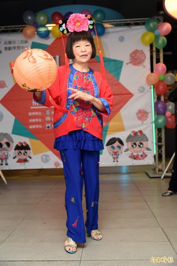 古裝客家風情裝扮的郭鈺玲大姊,走秀起來一起都不含糊。 (記者張忠義攝)
