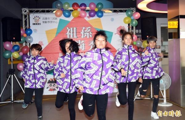 三民家商熱舞社的熱舞表演,為活動揭開序幕。(記者張忠義攝)