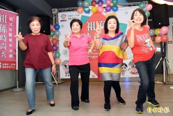 這些祖母級的長輩,興高彩烈參加祖孫時尚秀演出。(記者張忠義攝)