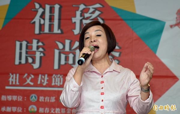 舉辦過演唱會並有美聲歌后之稱的高雄市議員童燕珍,現場高歌一曲,掌聲熱烈。(記者張忠義攝)