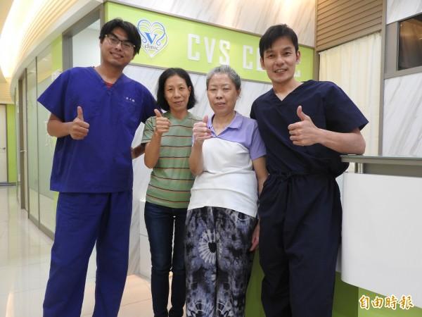 歐婦(右2)由妹妹陪同感謝陳建彰(右1)、莊士鋒(左1)醫師治療她的靜脈曲張合併傷口潰瘍,終結她10 多年的痛苦。(記者方志賢攝)