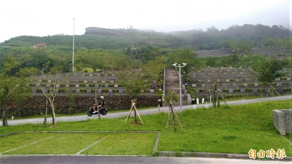 櫻花陵園上的渭水之丘,被遊客封為「鷹石尖2.0」,但許多遊客上去後才發現,原來拍照熱點是在公墓內。(記者張議晨攝)