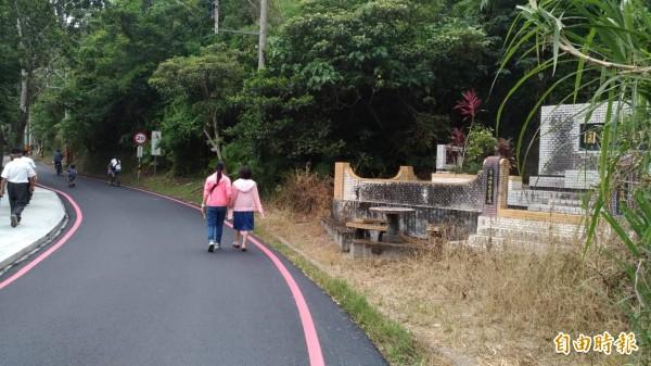 龍潭湖環湖步道上,也有私人墳墓在旁。(記者張議晨攝)