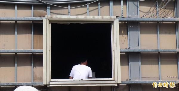 鐵皮屋違建人拖到最後一刻,才無奈地配合搬走屋內財產,讓工人操作挖土機敲毀。(記者廖雪茹攝)