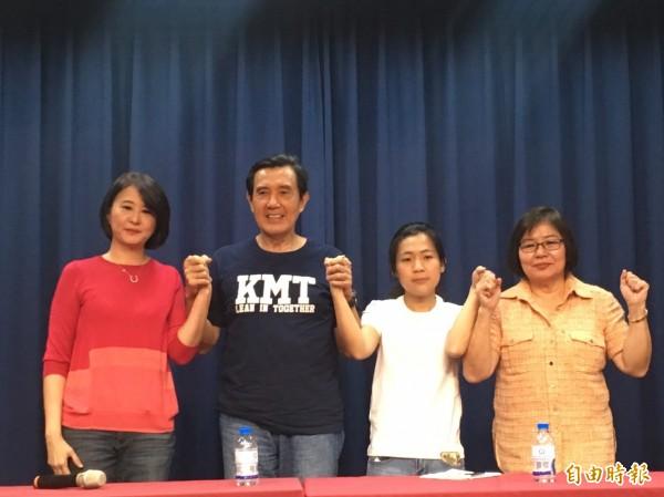 國民黨台北市黨部今召開「團結團結再團結」記者會,馬英九(左二)出面斡旋,市議員王鴻薇(左一)與市議員參選人徐巧芯(右二)當眾和解。右一為市黨部主委黃呂錦茹。(記者蕭婷方攝)