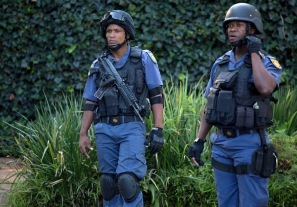 8名中國留學生20日晚間,傳出在南非約翰尼斯堡,準備搭車返回學校時,遇上歹徒持槍搶劫,其中一名年僅19歲的男性中槍身亡。警察示意圖。(路透)