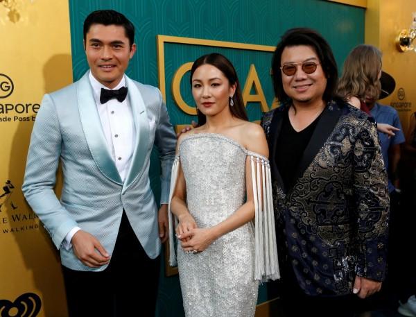 好萊塢夯片《瘋狂亞洲富豪》原作者關凱文(右1)是新加坡逃兵,被當局通緝。左一和中間者為該片演員。(路透)