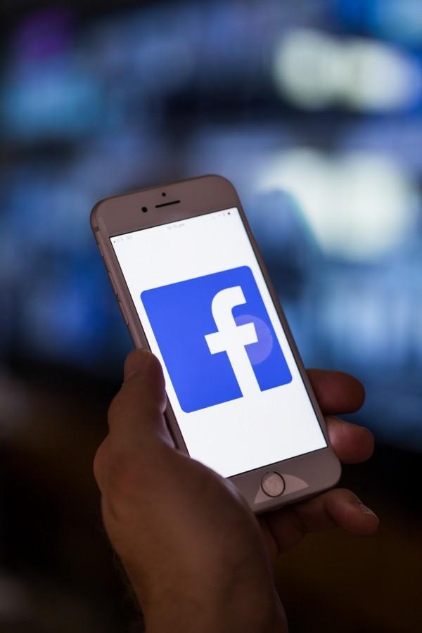 臉書表示,將刪除逾5000個目標廣告選項,以防止過濾功能遭到濫用。(彭博)