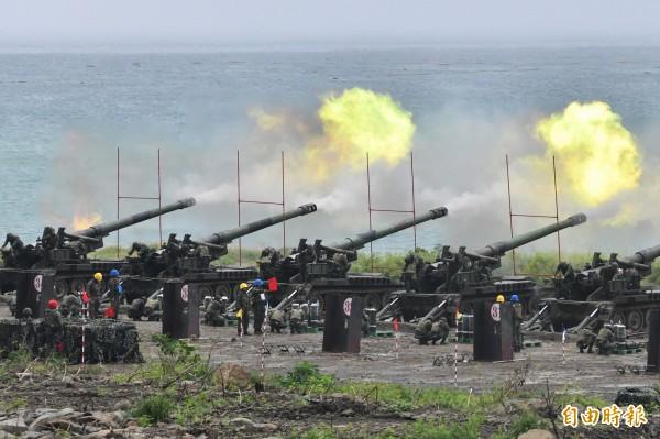 國軍近期在枋山海域重砲射擊。(記者蔡宗憲攝)