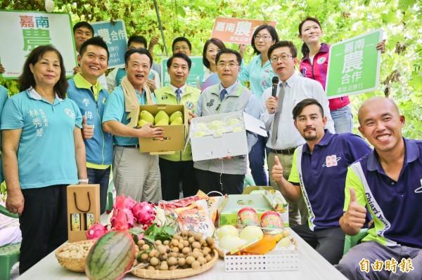 台南市與嘉義縣青農展示特色農產品。(記者蔡宗勳攝)